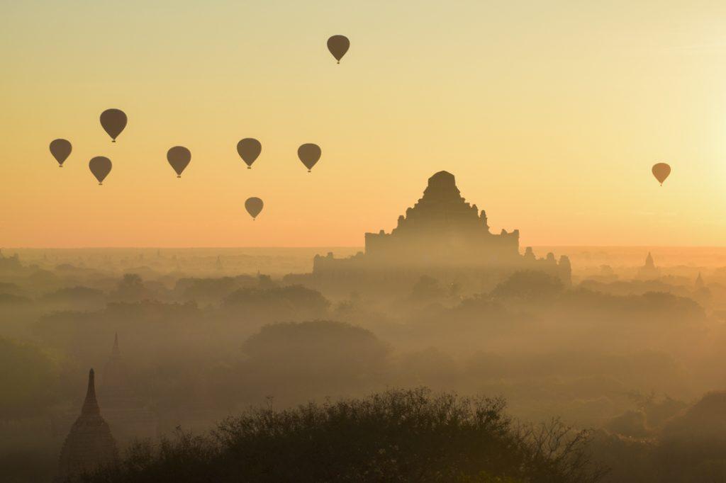 Ballons sur temple Bagan